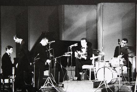 Foto desenterrada de David Drew Zingg do lendário show de 62 no Carnegie Hall: Tom Jobim (piano), João Gilberto (violão) e Milton Banana (bateria).