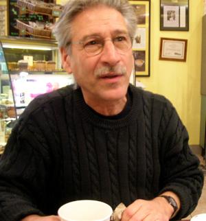 Roger Bruno conversa com Allen Thayer num café em Tarrytown